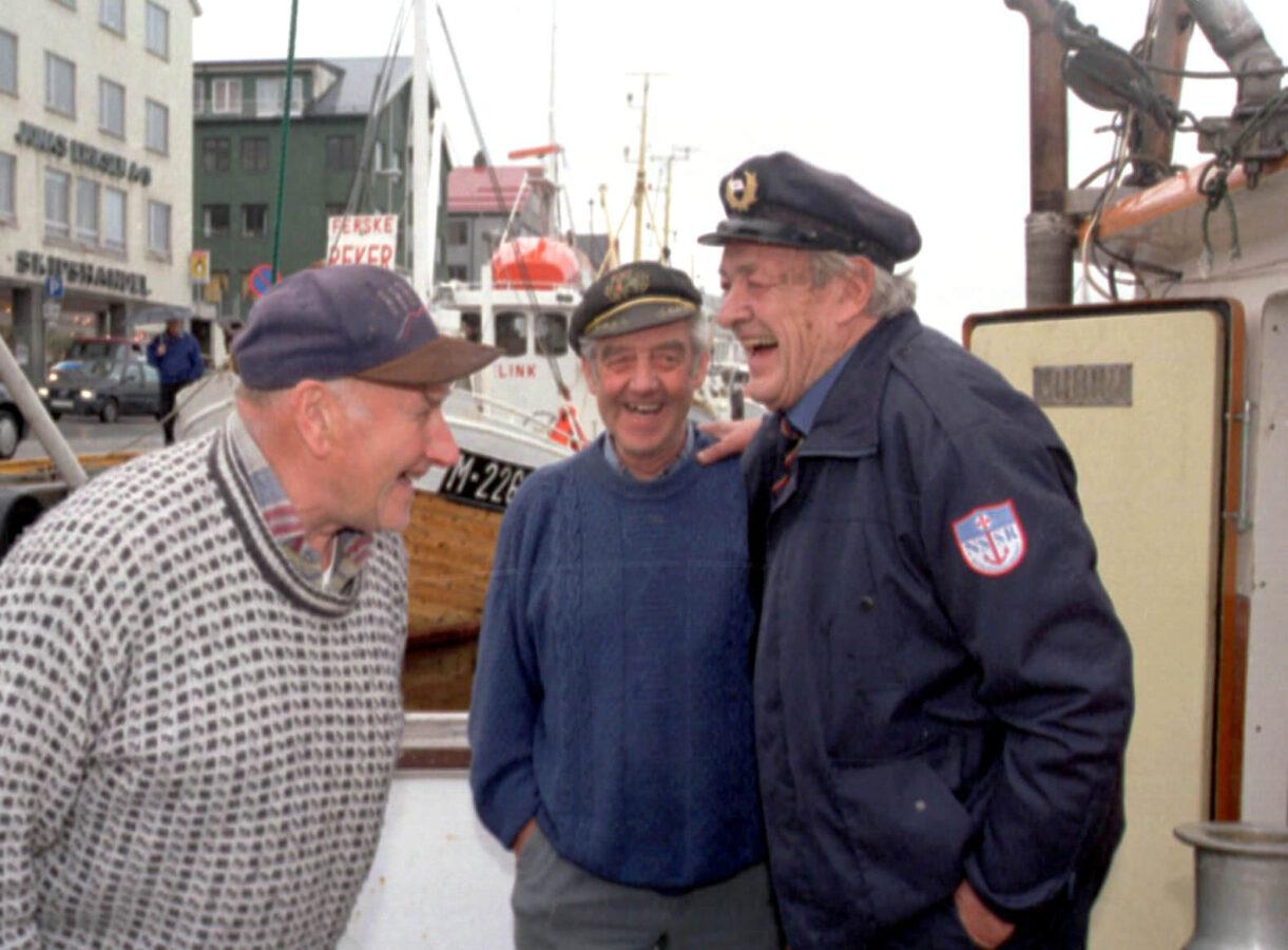 Erik Bye entret båten til fiskerkameratene Sverre Solheim (t.v.) og Anders Golmen i Kristiansund i forbindelse med dåpen av R/S «Erik Bye» i 1997