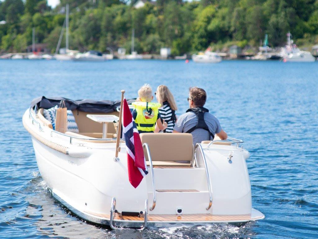 Kruser båt med familie på fjorden